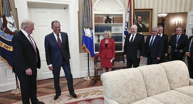 Tổng thống Mỹ Donald Trump (trái) bắt tay Ngoại trưởng Nga Sergei Lavrov tại cuộc hội đàm kín ở Nhà Trắng ngày 10/5. (Ảnh: TASS)