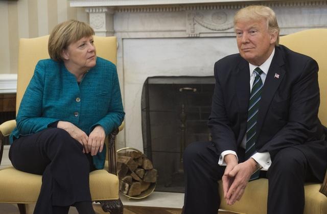 Tổng thống Trump dường như làm ngơ với đề nghị bắt tay của Thủ tướng Merkel. (Ảnh: Reuters)
