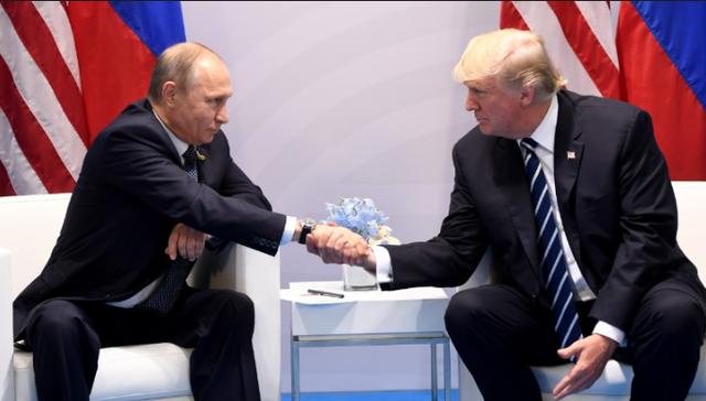 Tổng thống Mỹ Donald Trump và Tổng thống Nga Vladimir Putin trong cuộc hội đàm đầu tiên hồi tháng 7 tại Đức. (Ảnh: RT)