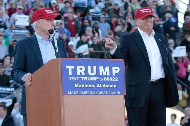 Tổng thống Donald Trump (phải) và ông Jeff Sessions trong một cuộc mít tinh tranh cử tại Alabama năm 2016 (Ảnh: Getty)
