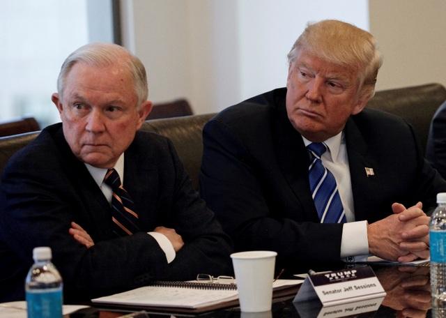 Bộ trưởng Tư pháp Jeff Sessions và Tổng thống Donald Trump (Ảnh: Reuters)