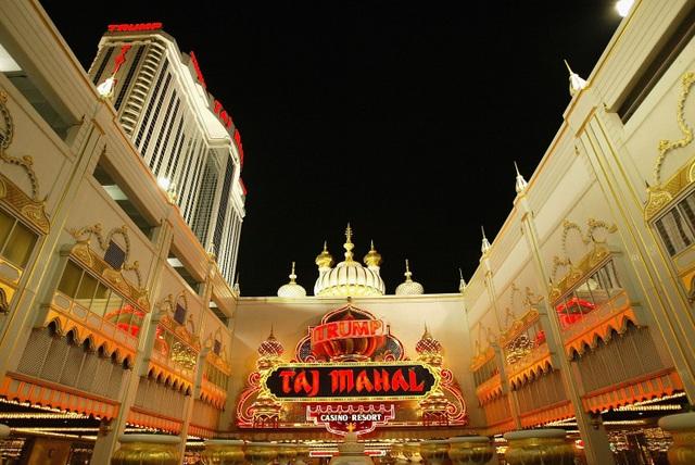 Tuy nhiên, sự nghiệp kinh doanh của Donald Trump không phải lúc nào cũng thuận buồm xuôi gió. Do một số vấn đề, hoạt động kinh doanh bất động sản của ông Trump bị đóng băng và gần như phá sản vào đầu thập niên 90. Vào thời điểm đó, ước tính khoản nợ mà Donald Trump phải trả lên tới 900 triệu USD. Ba sòng bạc nổi tiếng của ông Trump lúc đó là Taj Mahal, The Castle và The Plaza đều tuyên bố phá sản. Trong ảnh: Sòng bạc Taj Mahal của Donald Trump (Ảnh: BI)