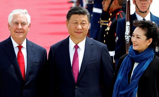 Tại sân bay họ được tiếp đón bởi Ngoại trưởng Mỹ Rex Tillerson. (Ảnh: Reuters)
