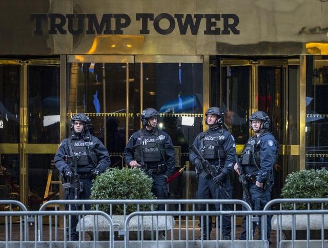 Cảnh sát Mỹ đứng gác bên ngoài Tháp Trump (Ảnh: NY Daily News)