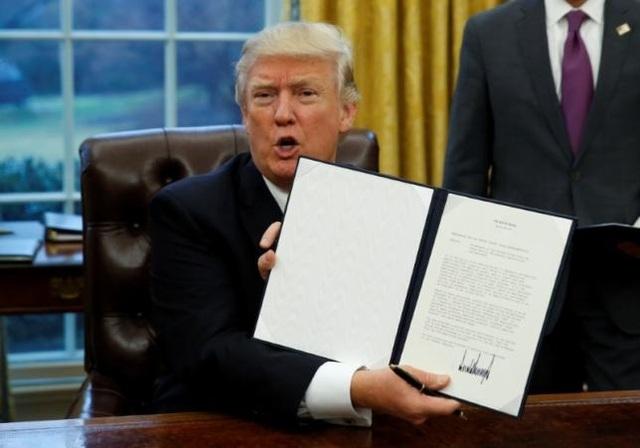 Tân Tổng thống Mỹ Donald Trump ký sắc lệnh rút khỏi TPP (Ảnh: Reuters)