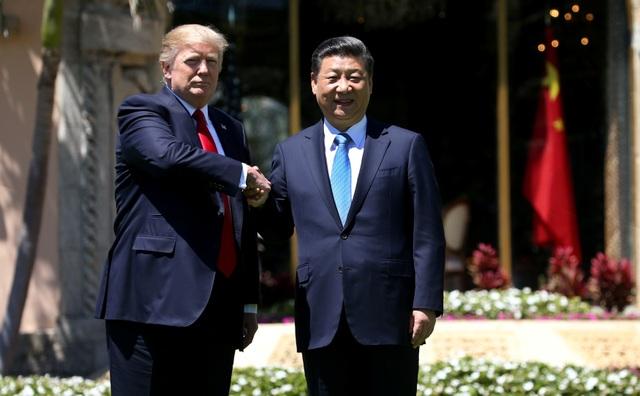 Tổng thống Trump (trái) bắt tay Chủ tịch Tập sau khi kết thúc cuộc hội đàm song phương tại khu nghỉ dưỡng Mar-a-Lago (Ảnh: Reuters)