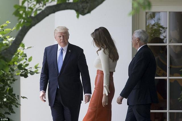 Theo Dailymail, khoảng gần 2 giờ chiều 19/5 theo giờ địa phương, Tổng thống Trump, Đệ nhất phu nhân Melania và phái đoàn đã lên trực thăng Marine One rời Nhà Trắng. (Ảnh: EPA)