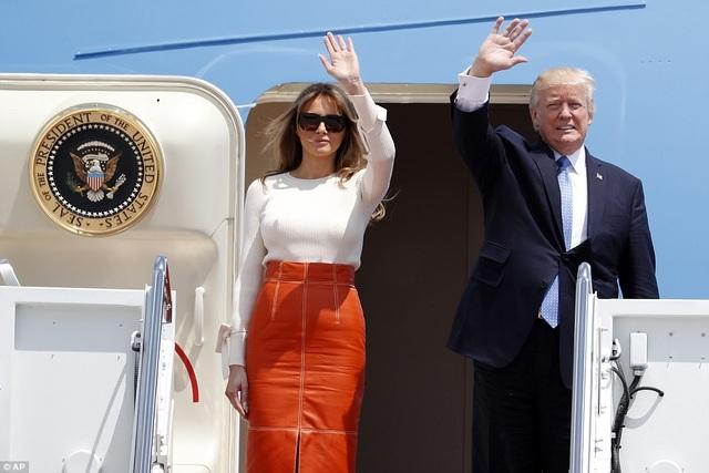 Từ trên chuyên cơ Không lực Một, Tổng thống Trump và Đệ nhất phu nhân đã vẫy chào từ biệt để chuẩn bị cho chuyến công du nước ngoài đầu tiên. (Ảnh: AP)