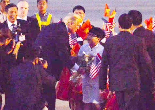 Tổng thống Donald Trump tặng hoa cho Nguyễn Như Khôi và khen ngợi cậu bé.