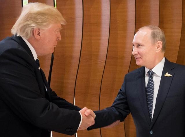 Tổng thống Trump và Tổng thống Putin bắt tay nhau tại Hội nghị G-20. (Ảnh: EPA)