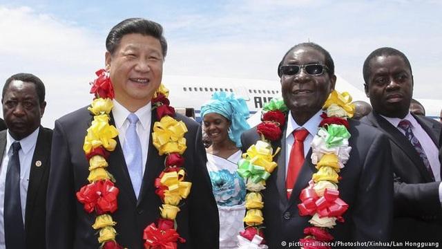 Chủ tịch Tập Cận Bình và Tổng thống Mugabe trong chuyến thăm của nhà lãnh đạo Trung Quốc tới Zimbabwe năm 2015 (Ảnh: Tân Hoa Xã)