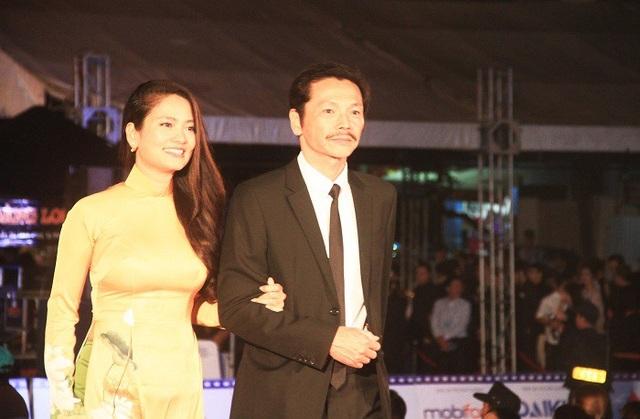Nghệ sĩ Trung Anh và Thuý Hằng trên thảm đỏ LHP Việt Nam lần thứ 20 tối qua. Ảnh: Vietnamnet.