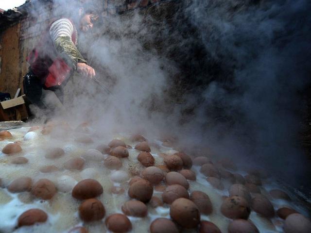 Món trứng được luộc liên tục trong cả ngày dài