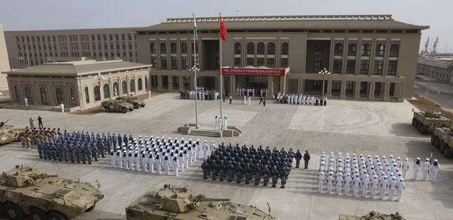 Quân đội Trung Quốc diễu binh tại lễ khánh thành căn cứ quân sự ở Djibouti hồi tháng 8 (Ảnh: AFP)