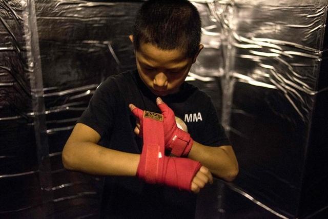 Hoạt động của Enbo MMA đã vấp phải nhiều ý kiến trái chiều tại Trung Quốc. Nhiều người cho rằng cơ sở này đã kiếm lời bằng cách cho trẻ em đấu võ, trong khi điều mà các em cần làm bây giờ là đến trường đi học.