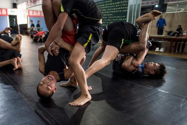 Tuy nhiên, một số ý kiến cho rằng cơ sở võ thuật này không hoàn toàn vì mục đích xấu. Enbo MMA ít nhất cũng giúp cho các trẻ em mồ côi cơ nhỡ có thể có một công việc lương thiện trong tương lai.