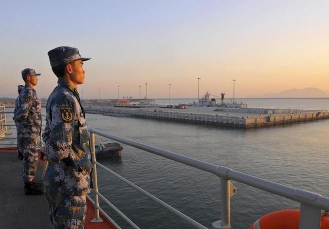 Lính hải quân Trung Quốc đứng gác trên tàu sân bay Liêu Ninh khi tàu di chuyển qua căn cứ quân sự của Trung Quốc ở thành phố Tam Á, đảo Hải Nam (Ảnh: Reuters)