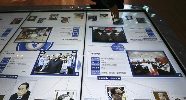 Hình ảnh các quan chức tham nhũng của Trung Quốc được chiếu trên màn hình lớn đặt tại Bảo tàng Tòa án ở Bắc Kinh (Ảnh: Sputnik)