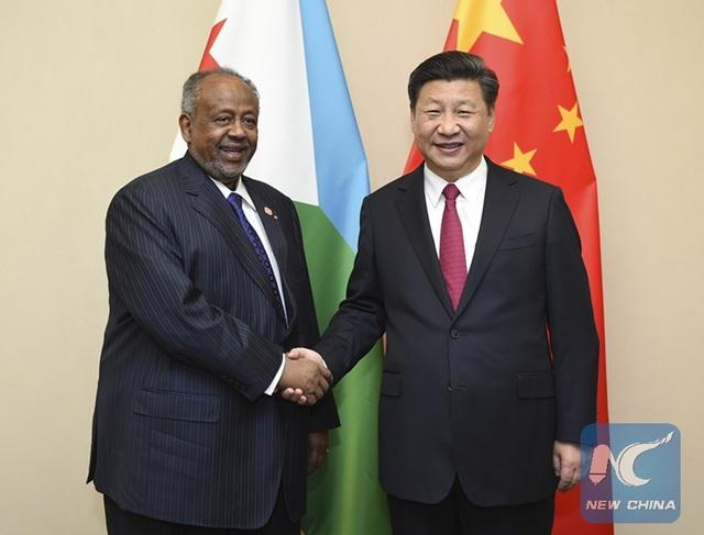 Chủ tịch Trung Quốc Tập Cận Bình (phải) bắt tay Tổng thống Djibouti Ismail Omar Guelleh tại Nam Phi năm 2015 (Ảnh: Tân Hoa Xã)