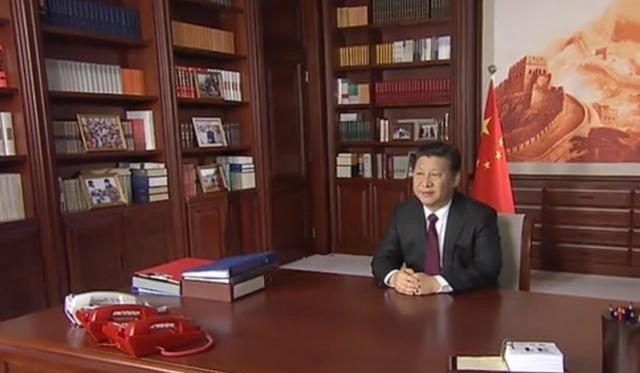 Hai chiếc điện thoại màu đỏ trên bàn làm việc của Chủ tịch Tập Cận Bình (Ảnh: SCMP)