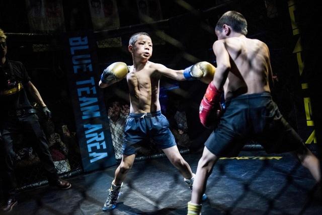 Một đoạn video ghi lại cảnh đấu võ bên trong lồng sắt giữa những đấu sĩ trẻ em, trong đó có em chỉ mới 12 tuổi, đã được đăng tải trên trang web chia sẻ video tại Trung Quốc và nhanh chóng thu hút sự chú ý của cộng đồng mạng gần đây.