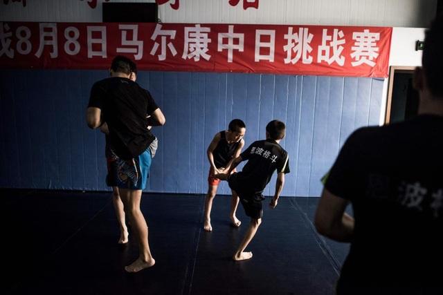 Tại Enbo MMA, một số em là trẻ mồ côi và phần lớn đến từ những khu vực nghèo đói ở Trung Quốc. Các em được tập luyện đấu võ hàng ngày dưới sự hướng dẫn của các huấn luyện viên.
