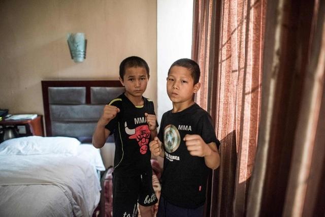 Xiao Wu cho biết em có đầy đủ mọi thứ khi sinh hoạt ở Enbo MMA, từ nơi ở, đồ ăn cho tới quần áo. Mục tiêu của Wu là giành chiến thắng trong các giải thi đấu võ thuật.