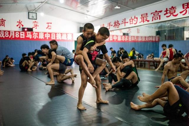 Để có thể trở thành các đấu sĩ chuyên nghiệp, các em nhỏ phải khổ luyện trong nhiều ngày, phải đổ mồ hôi và cả máu trên sàn tập.