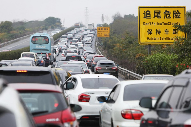 Xe ô tô mắc kẹt trên Đường cao tốc Thẩm Quyến - Sán Đầu, Trung Quốc. (Nguồn: Getty Images)