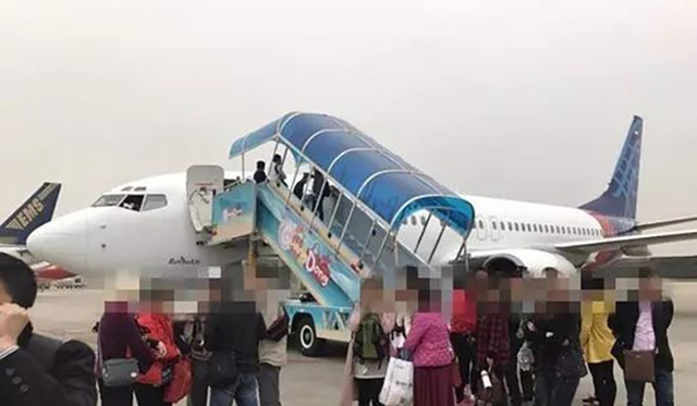"""Đầu năm nay, máy bay của hãng Sriwijaya Air khởi hành từ Quảng Châu đến Bali, Indonesia, buộc phải quay lại vì phi hành đoàn chưa đóng kín cửa cabin. Thông thường, chuyến bay kéo dài 5 giờ nhưng sau 3 giờ bay cơ trưởng quyết định quay đầu lại vì nghi máy bay có """"lỗ hổng"""". Sau nửa giờ kiểm tra và sửa chữa, máy bay cất cánh lại và hạ cánh an toàn ở Bali.  (Ảnh: SCMP)"""
