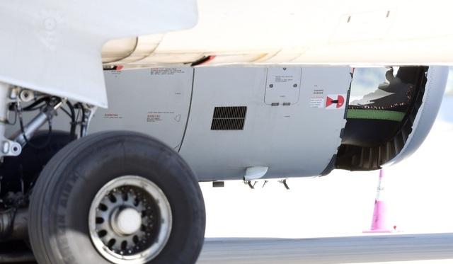 Máy bay của hãng China Eastern Airlines trên chuyến bay tới Thượng Hải đã phải hạ cánh khẩn cấp vì một động cơ bị hư hại nghiêm trọng ngay sau khi cất cánh từ Sydney, Australia vào tháng 6. Sau khi máy bay hạ cánh, phi hành đoàn đã phát hiện một lỗ thủng lớn trên vỏ động cơ máy bay. Trong khi một số hành khách không để ý, một số khác ngửi thấy mùi khét và rất hoảng hốt. (Ảnh: AFP)