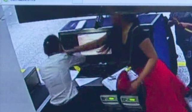 Vào tháng 6, sau khi được nhân viên sân bay thông báo thời gian làm thủ tục cho chuyến bay khởi hành từ Vũ Hán (Trung Quốc) tới Paris (Pháp) đã hết, một nữ nghiên cứu sinh tiến sỹ 36 tuổi tại đại học ở Vũ Hán đã tỏ ra tức giận. Nhân viên hãng bay đã tư vấn đổi chuyến bay hoặc hoàn tiền vé cho nữ nghiên cứu sinh,nhưng người phụ nữ này vẫn tỏ ra hung hãn. Sau một hồi thương lượng bất thành, nữ nghiên cứu sinh đã lao vào tát nhân viên sân bay trước sự chứng kiến của chồng và con trai. Cô này sau đó đã bị giữ 10 ngày và bị đưa vào danh sách đen của hãng Air France. (Ảnh: SCMP)