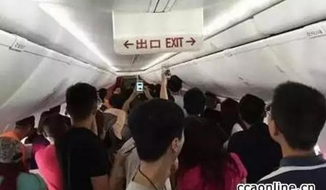 """Hồi tháng 8, hai người đàn ông Trung Quốc bị kết án tổng cộng 2 năm 8 tháng tù sau khi tấn công phi hành đoàn và hành khách trên chuyến bay từ Sơn Tây đến Trùng Khánh (Trung Quốc) hồi tháng 6/2016. Hai người này chỉ có vé phổ thông nhưng """"ngồi nhầm"""" lên khoang hạng nhất. Khi phi hành đoàn đề nghị quay trở về chỗ ngồi chỉ định hoặc đóng tiền nâng cấp vé, họ đã hung hãn đánh trả cả cảnh sát, làm bị thương các tiếp viên và hành khách."""