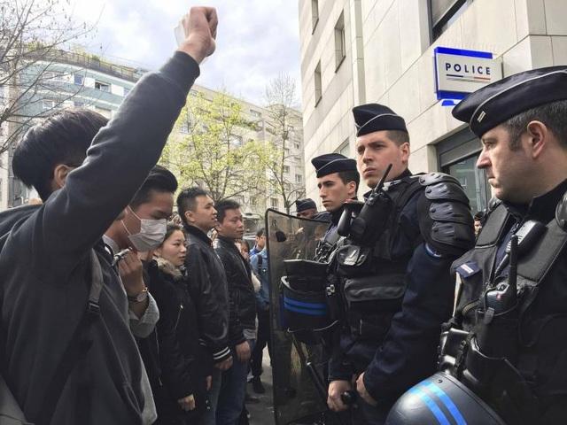 Những người biểu tình đối đầu với cảnh sát Pháp ở Paris (Ảnh: Reuters)
