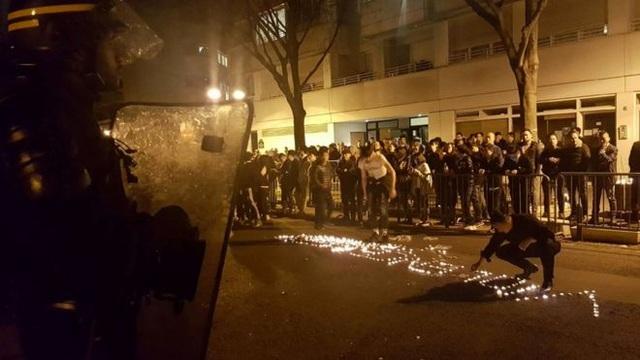 Đám đông Trung Quốc biểu tình tại Paris tối ngày 27/3 (Ảnh: AFP)
