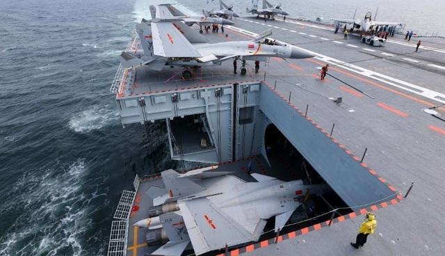 Trên boong tàu Liêu Ninh. (Ảnh: China Military)