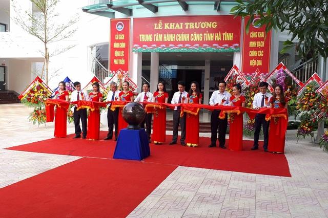 Lãnh đạo tỉnh Hà Tĩnh cắt băng khánh thành Trung tâm hành chính công tỉnh vào sáng ngày 13/7.