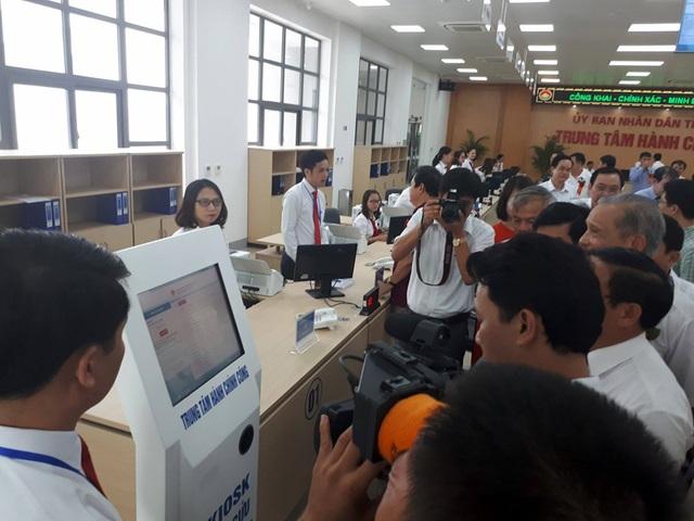 Sau khi cắt băng khánh thành lãnh đạo tỉnh Hà Tĩnh tham gia tra cứu thử nghiệm các lĩnh vực mà người dân đến trung tâm để giải quyết các thủ tục hành chính.