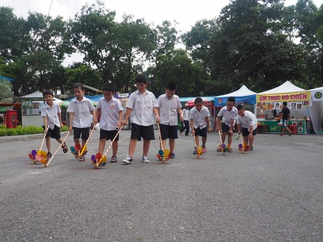 Du khách nhí mướt mồ hôi chơi các trò dân gian tại Hoàng thành Thăng Long - 7