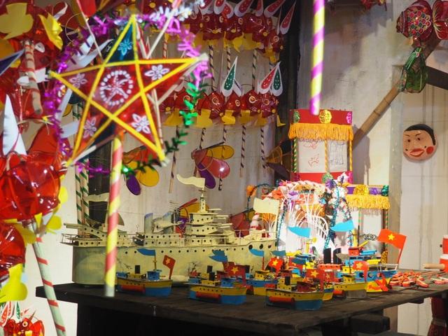 Du khách nhí mướt mồ hôi chơi các trò dân gian tại Hoàng thành Thăng Long - 13