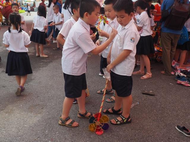 Du khách nhí mướt mồ hôi chơi các trò dân gian tại Hoàng thành Thăng Long - 2