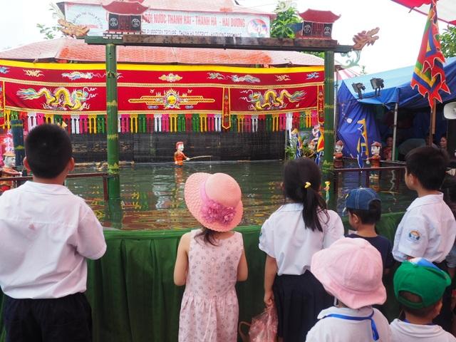 Du khách nhí mướt mồ hôi chơi các trò dân gian tại Hoàng thành Thăng Long - 6