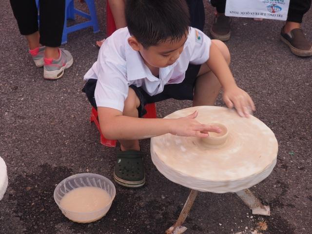 Du khách nhí mướt mồ hôi chơi các trò dân gian tại Hoàng thành Thăng Long - 1