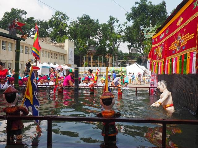 Du khách nhí mướt mồ hôi chơi các trò dân gian tại Hoàng thành Thăng Long - 5