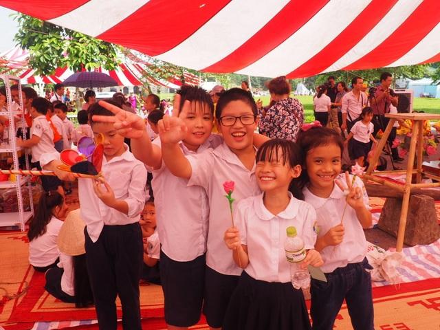 Du khách nhí mướt mồ hôi chơi các trò dân gian tại Hoàng thành Thăng Long - 3
