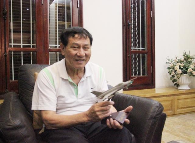 Trung tướng Phạm Tuân trò chuyện với phóng viên Dân trí. (Ảnh: Nguyễn Dương).
