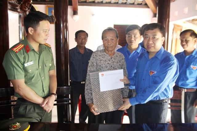 Ông Nguyễn Mạnh Dũng tặng quà cho các thanh niên xung phong