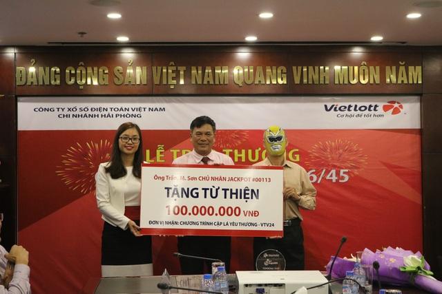 Ông Sơn ủng hộ 100 triệu đồng cho Chương trình Cặp lá yêu thương