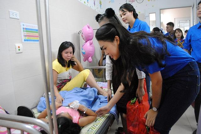 Trong buổi chiều 30/9, người mẫu nhí Bảo Hân và các hoa hậu Việt đã thăm hỏi và gửi tặng hàng trăm suất quà đến các em nhỏ