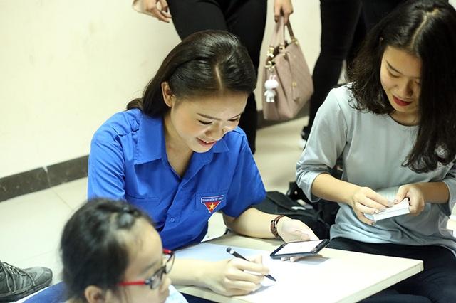 Chương trình bao gồm các hoạt động làm bánh, làm đèn ông sao, vẽ tranh Sắc màu hi vọng và gấp hạc giấy dành tặng các gia đình bệnh nhân nhỏ tuổi